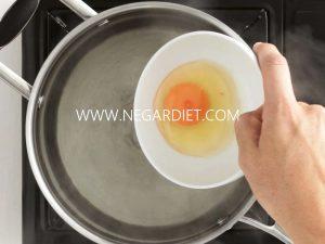 طرز تهیه تخم مرغ نیمرو در آب
